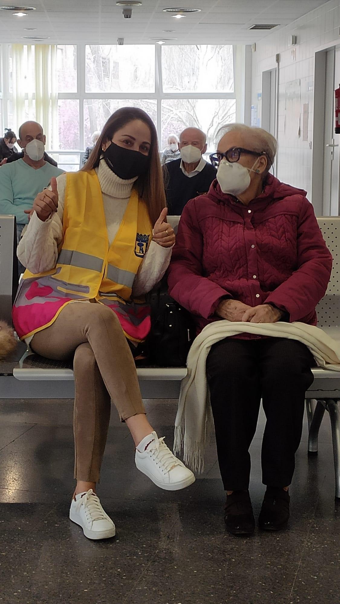 Una voluntaria de Voluntarios de Madrid, con una anciana a la que ayuda.