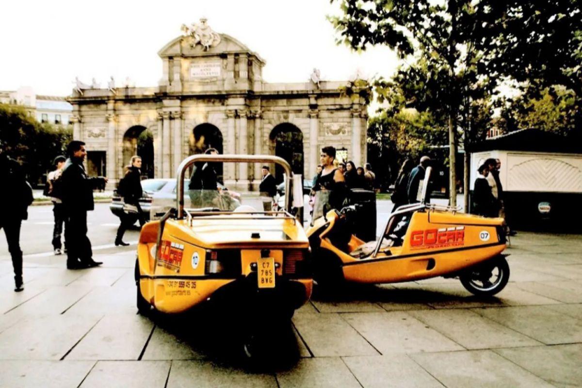 Coches eléctricos frente a la Puerta de Alcalá.