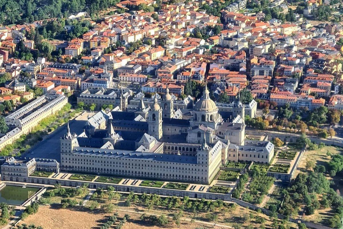 Vista de San Lorenzo de El Escorial desde el aire.
