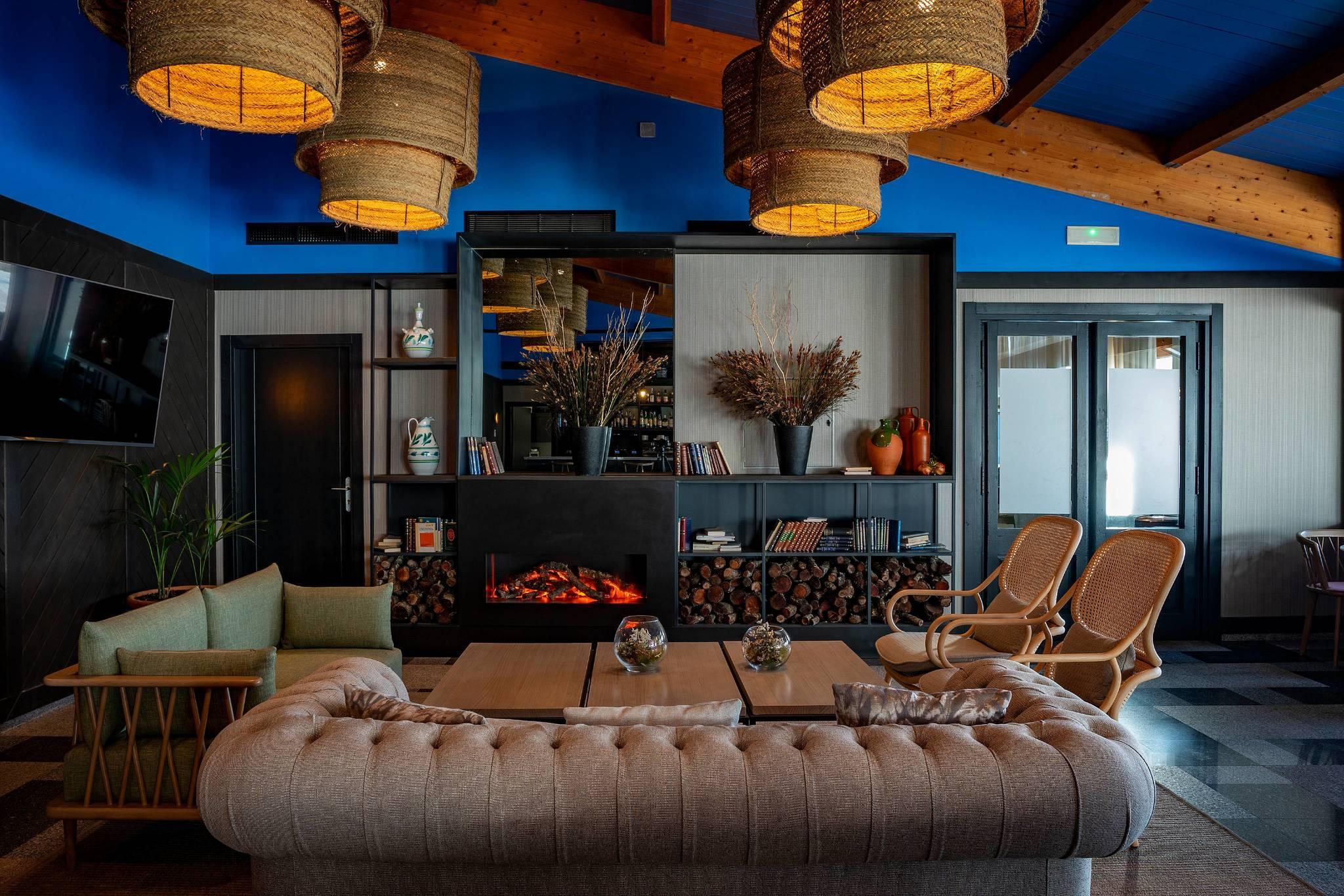 La cafetería con chimenea y originales lámparas de yute.