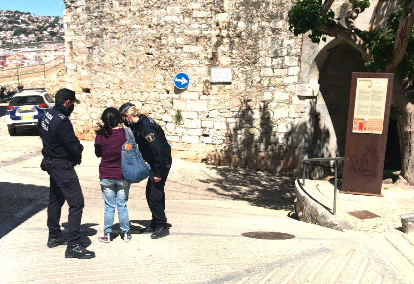 La Policía Local de Peñíscola  patrulla  para garantizar el cumplimiento  de las normas.