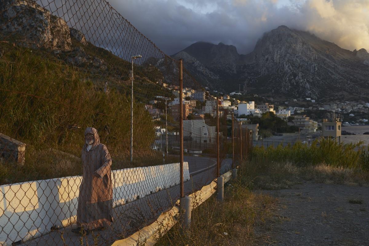 Un hombre camina por la frontera de Ceuta.