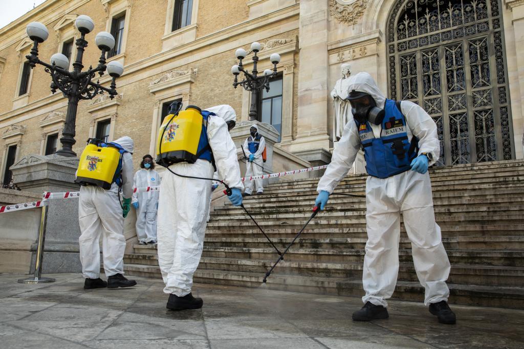 Agentes de la UME desinfecta los alrededores de la Biblioteca Nacional, en mayo del año pasado.