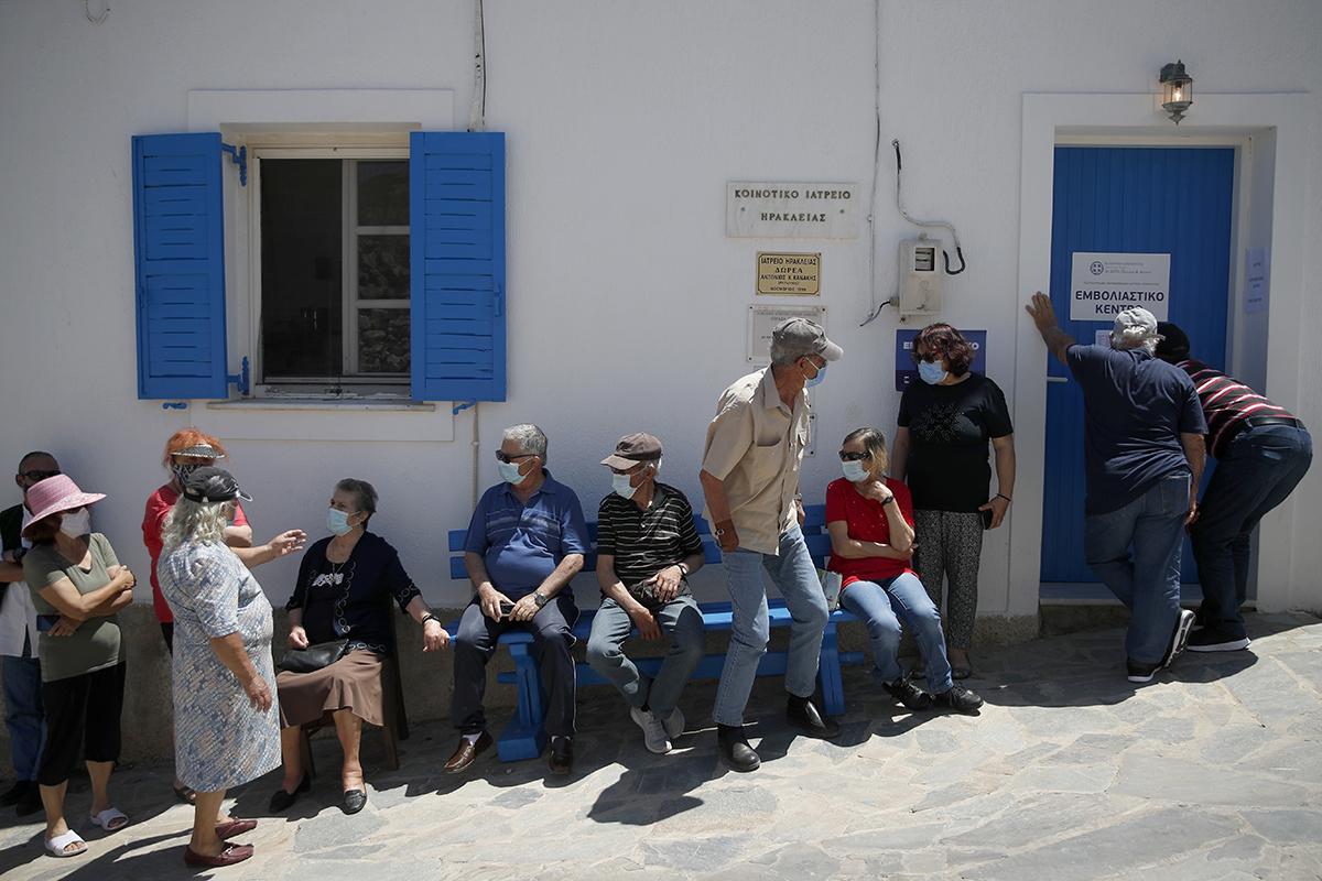 Vecinos de la isla de Iraklia, en Grecia, esperan su segunda dosis de vacuna