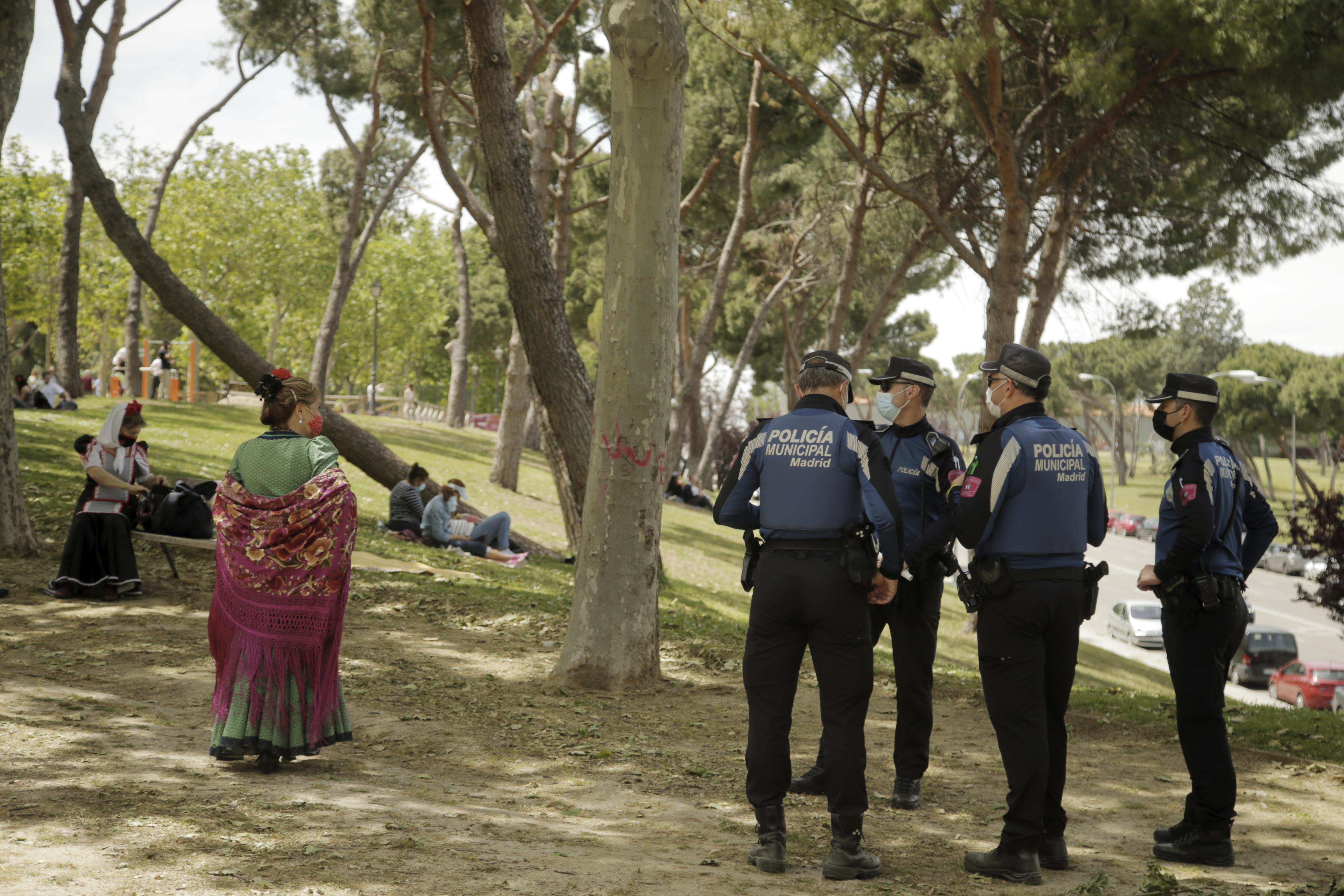 Agentes de la policía vigilan las padreras de San Isidro.