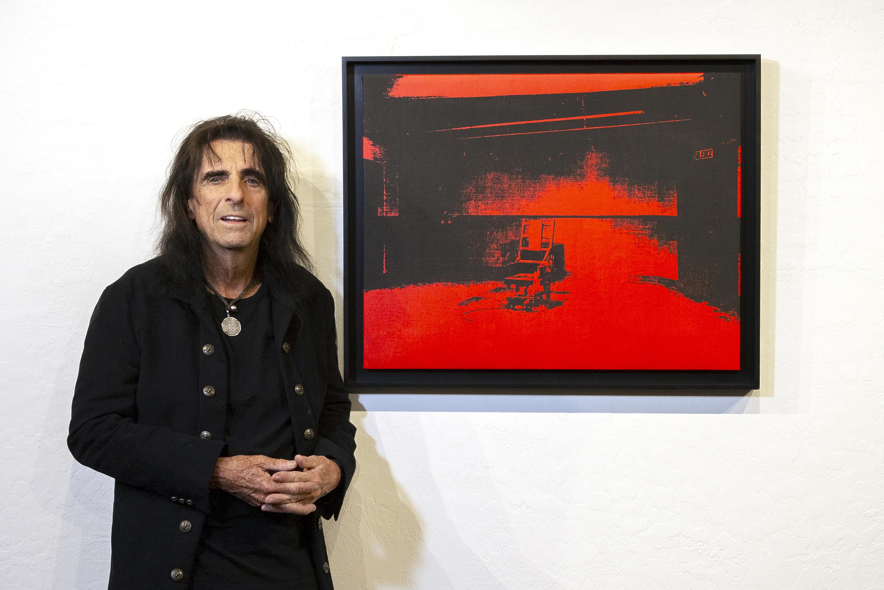 Alice Cooper posa junto a su Warhol.