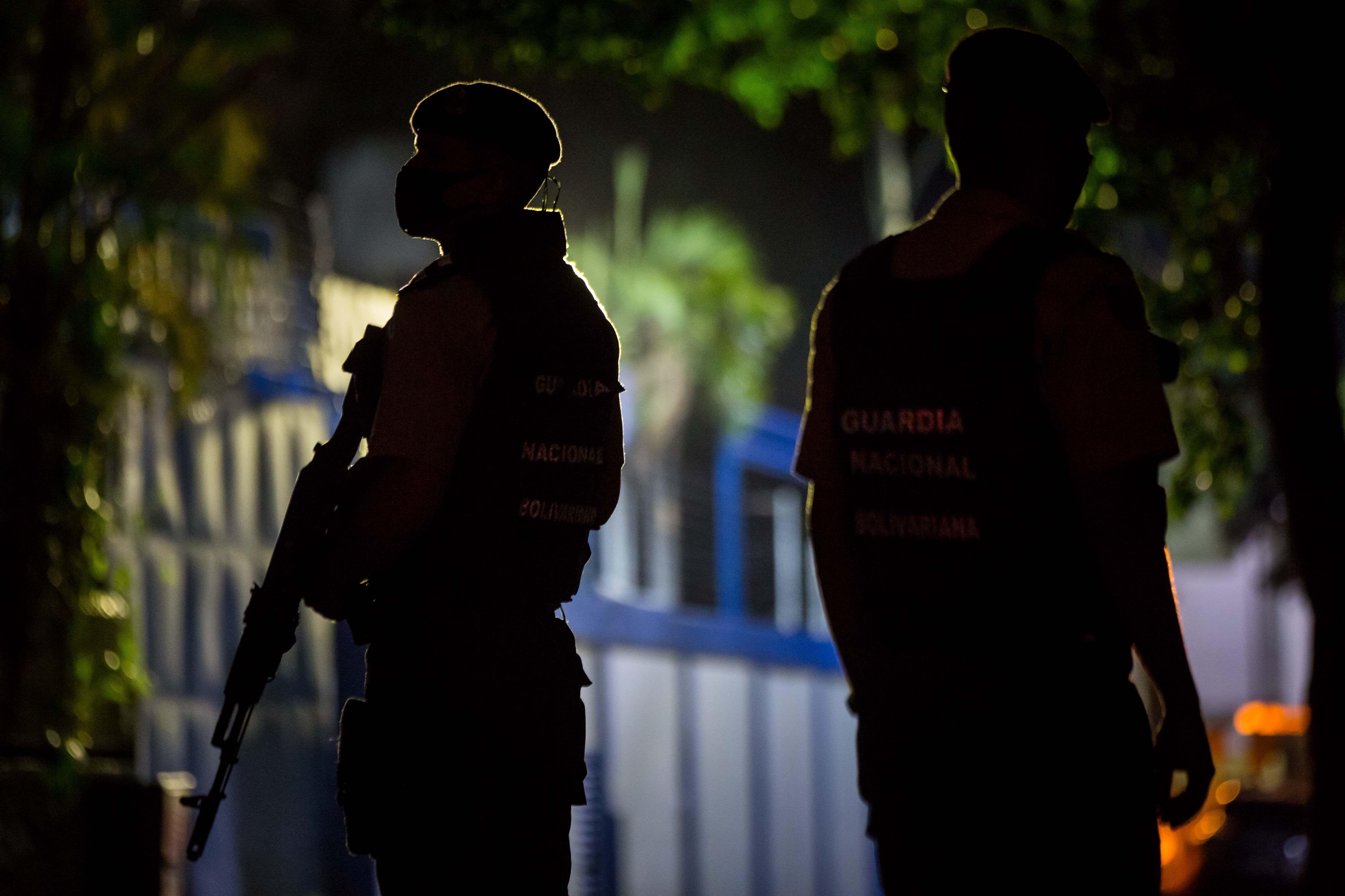 Miembros de la Guardia Nacional Bolivariana custodian las inmediaciones del diario venezolano 'El Nacional'.