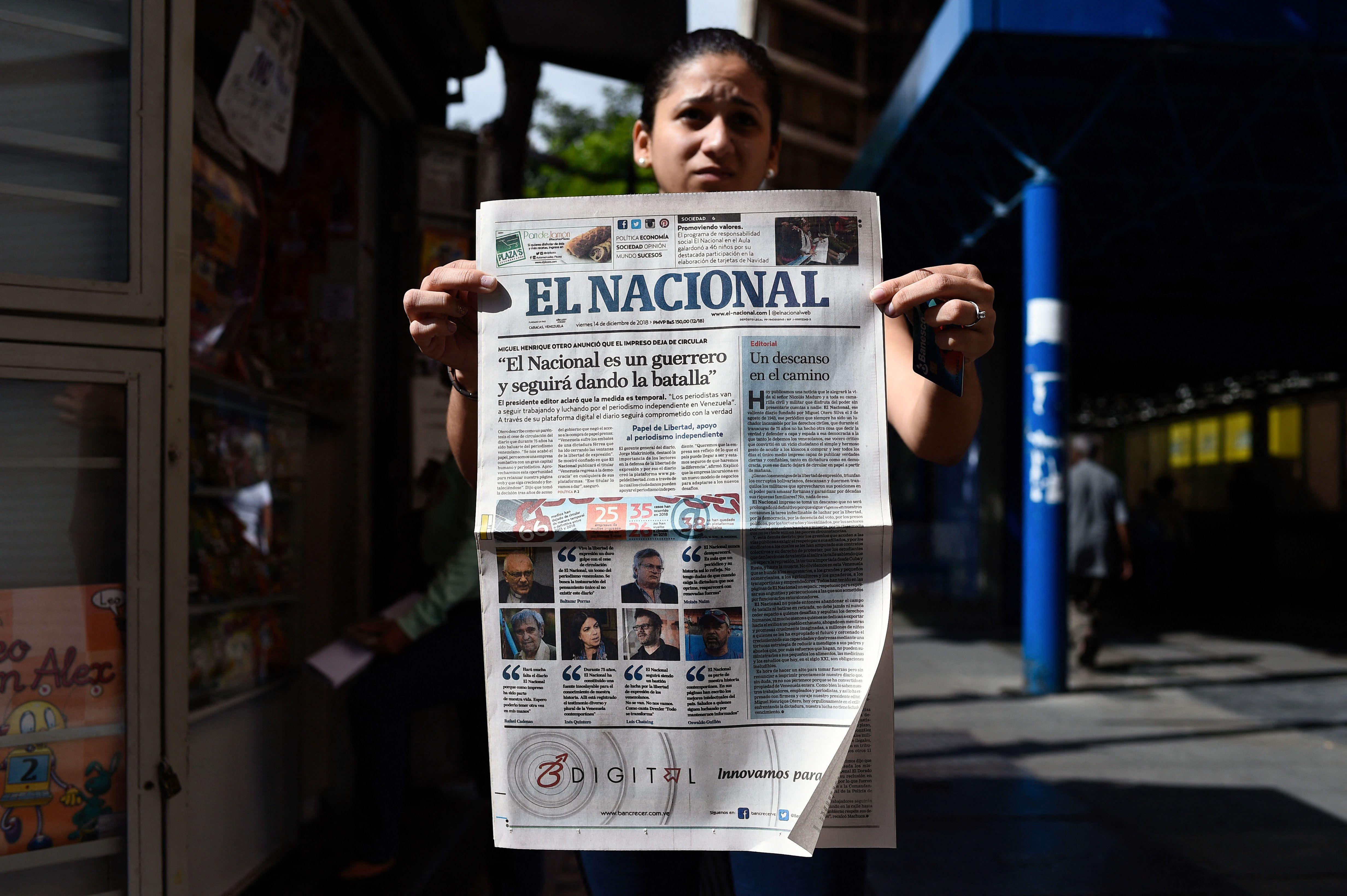 En esta imagen de archivo una mujer sostiene un ejemplar del diario 'El Nacional'.