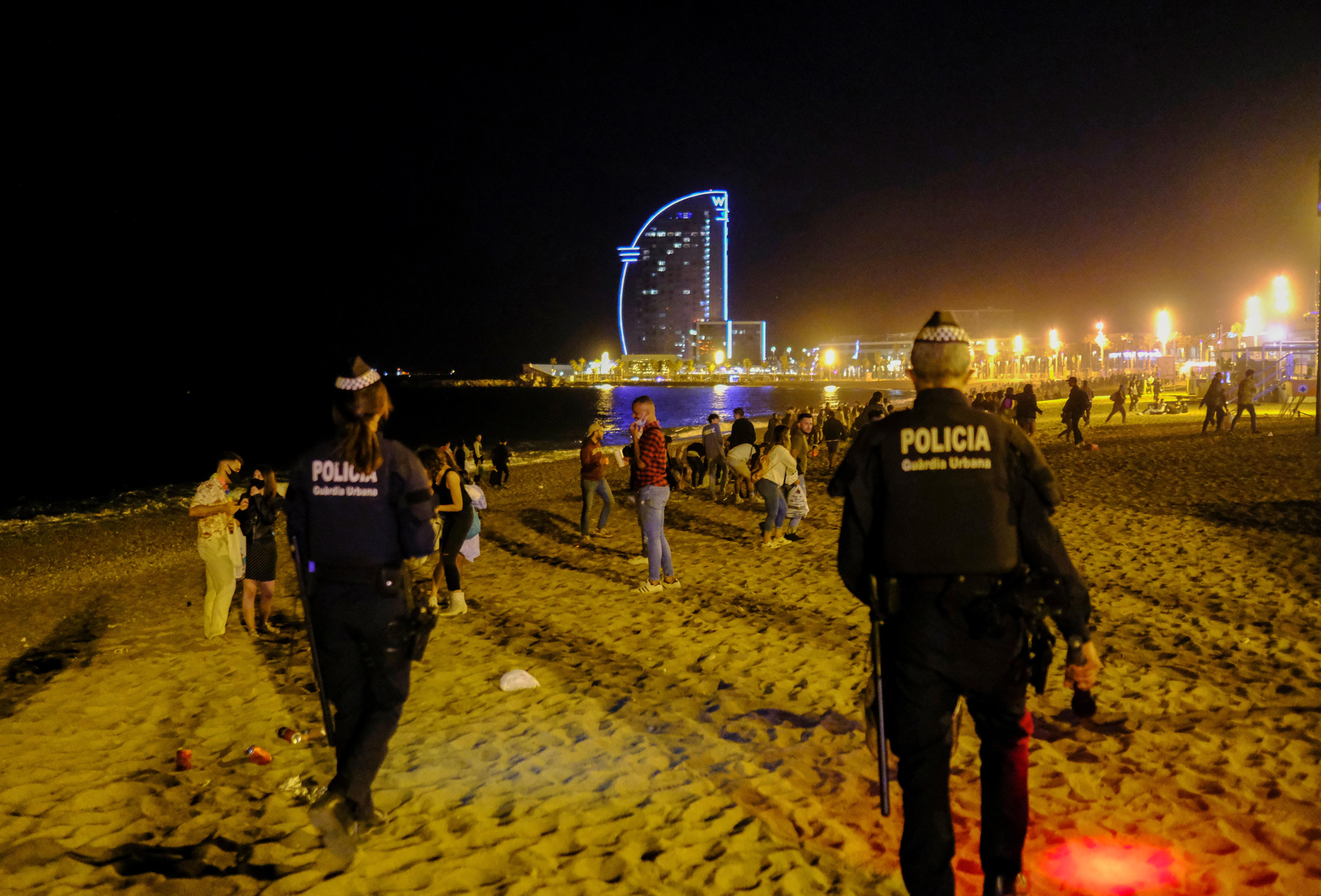 Agentes de policía en la playa de la Barceloneta.