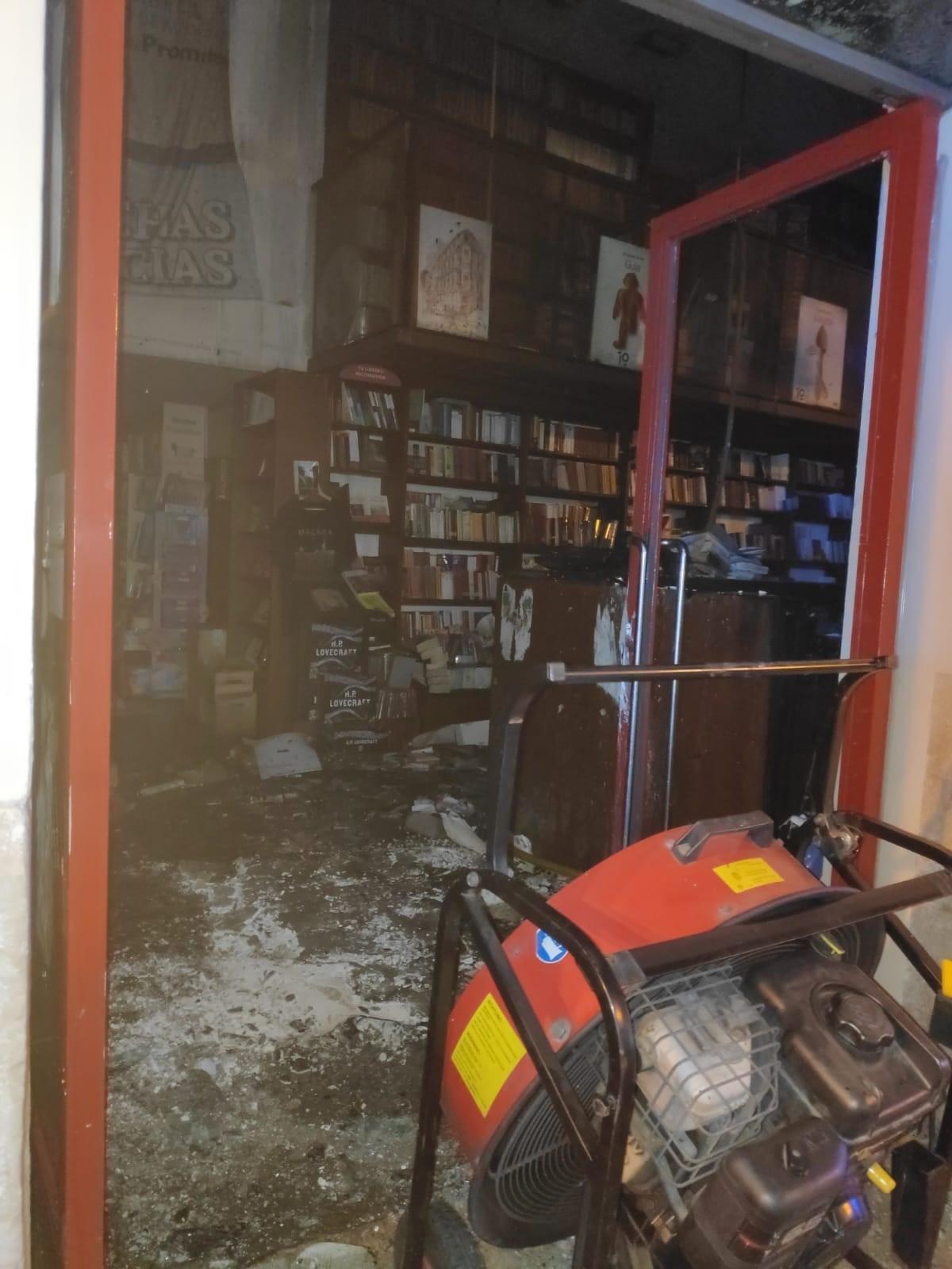 La librería, tras el incendio.