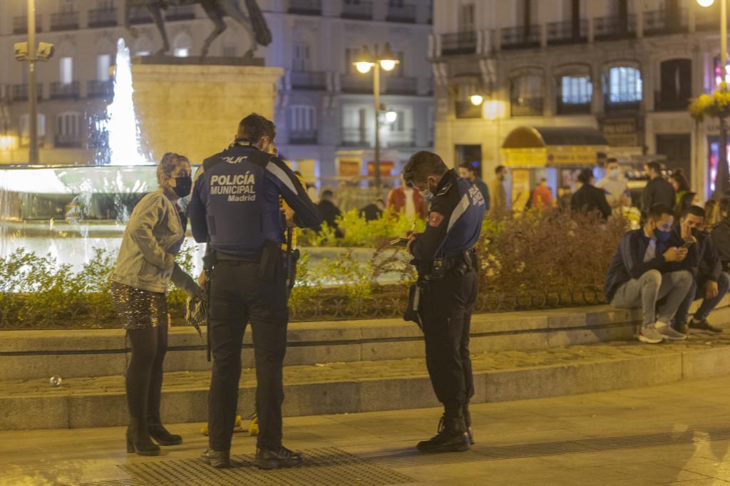 La Policía multa a una joven por beber en la calle, en Sol.