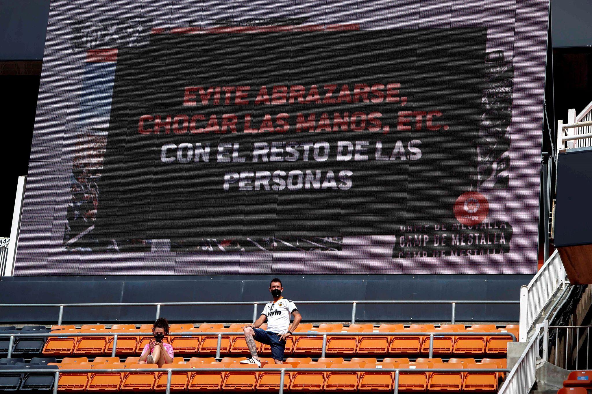 Cartel que recuerda las normas que deben cumplir los aficionados en Mestalla.