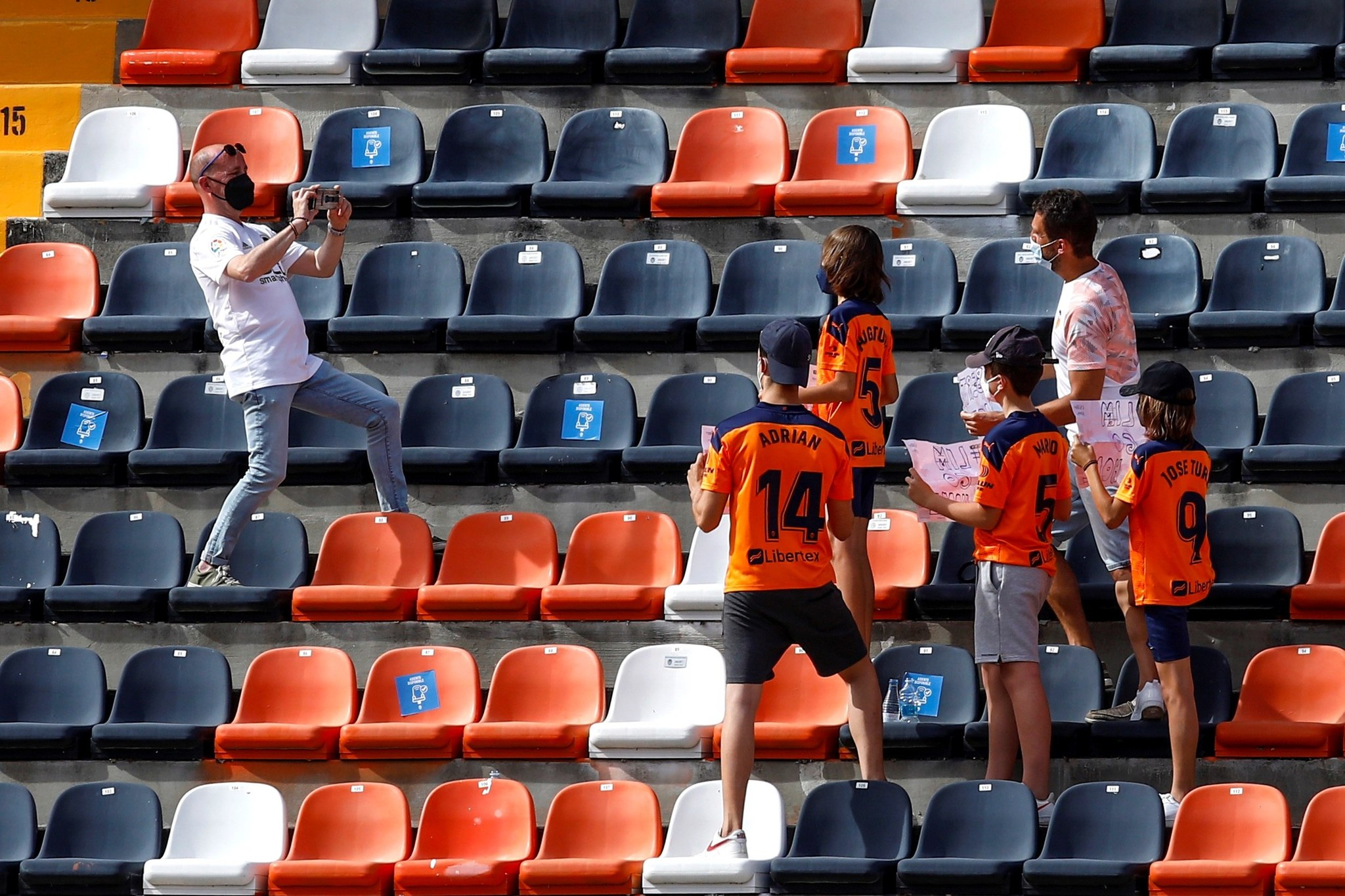 Los aficionados del Valencia en la grada de Mestalla 15 meses después.