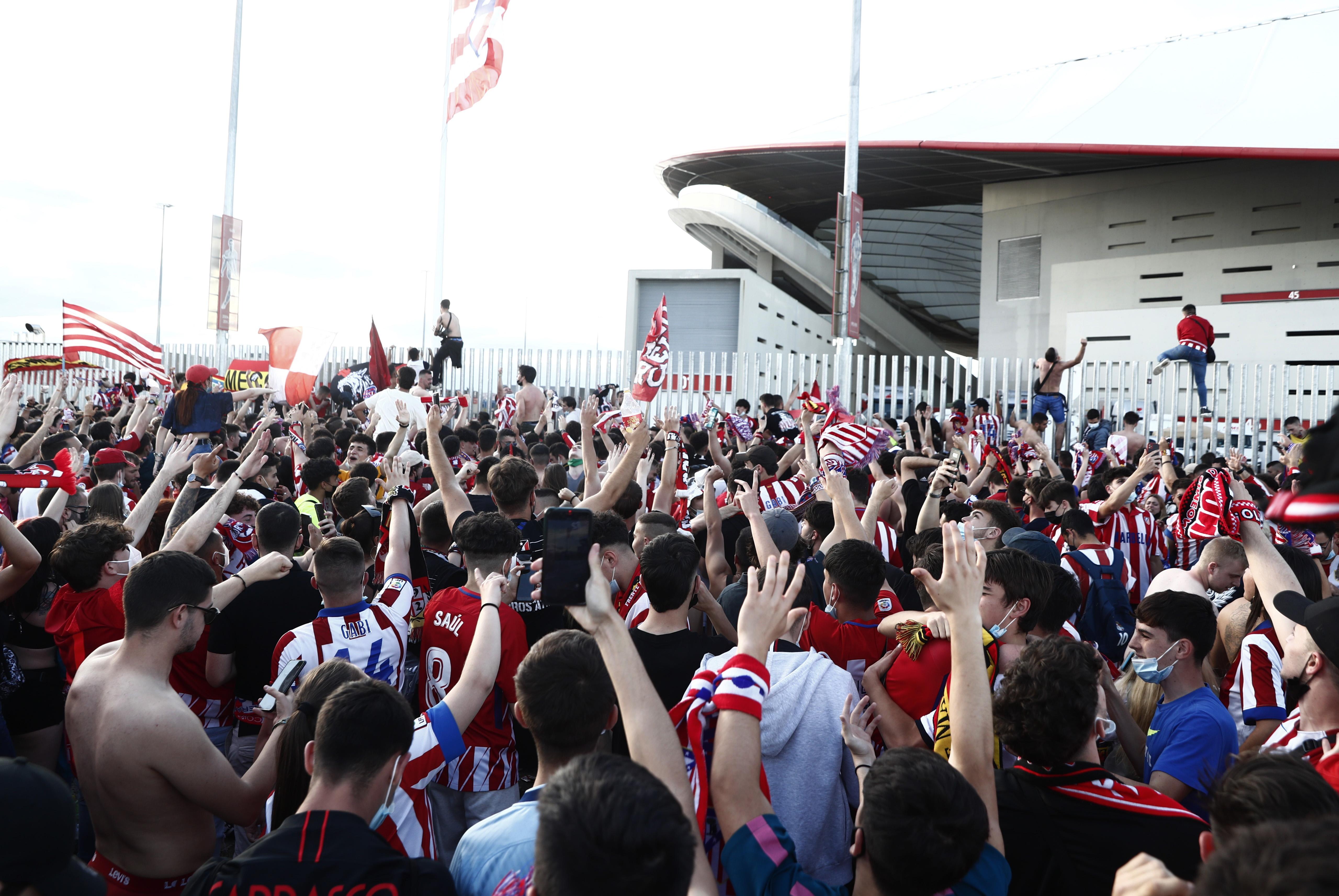 Aficionados en la puerta del Wanda durante el partido ante Osasuna.