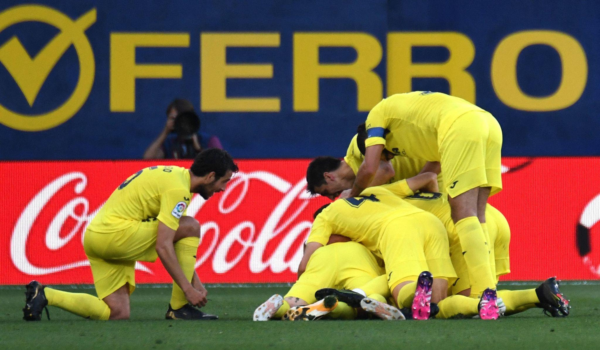 Los jugadores del Villarreal celebrando unos de los tres goles de Carlos Bacca, ayer, en el Estadio de la Cerámica.