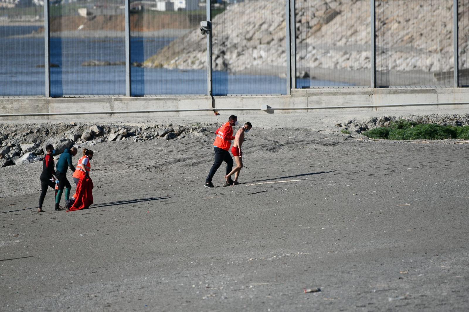 Algunos de los inmigrantes que han llegado a Ceuta, atendidos por Cruz Roja.