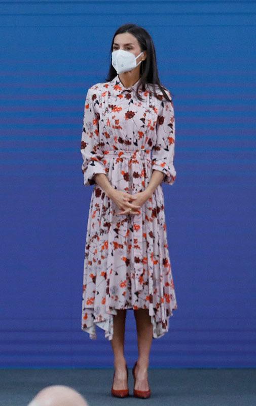Doña Letizia con vestido de Hugo Boss que estrenó en 2019.