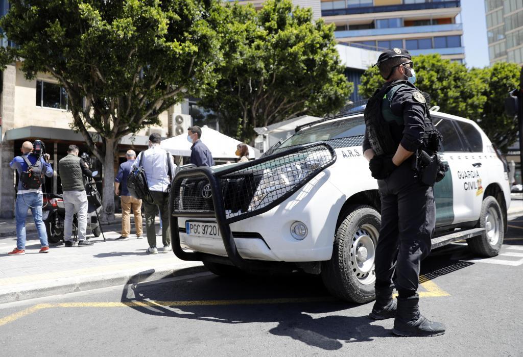 Agentes de la Guardia Civil en uno de los registros de la UCO por la Operación Azud.