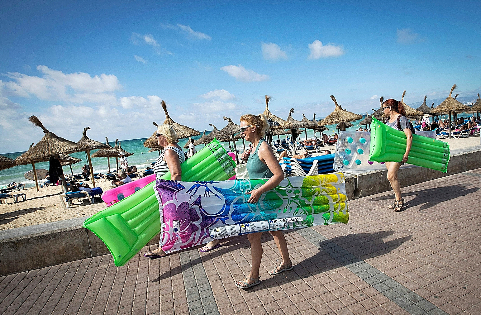 Turistas británicos pasean por una playa de Palma en 2019