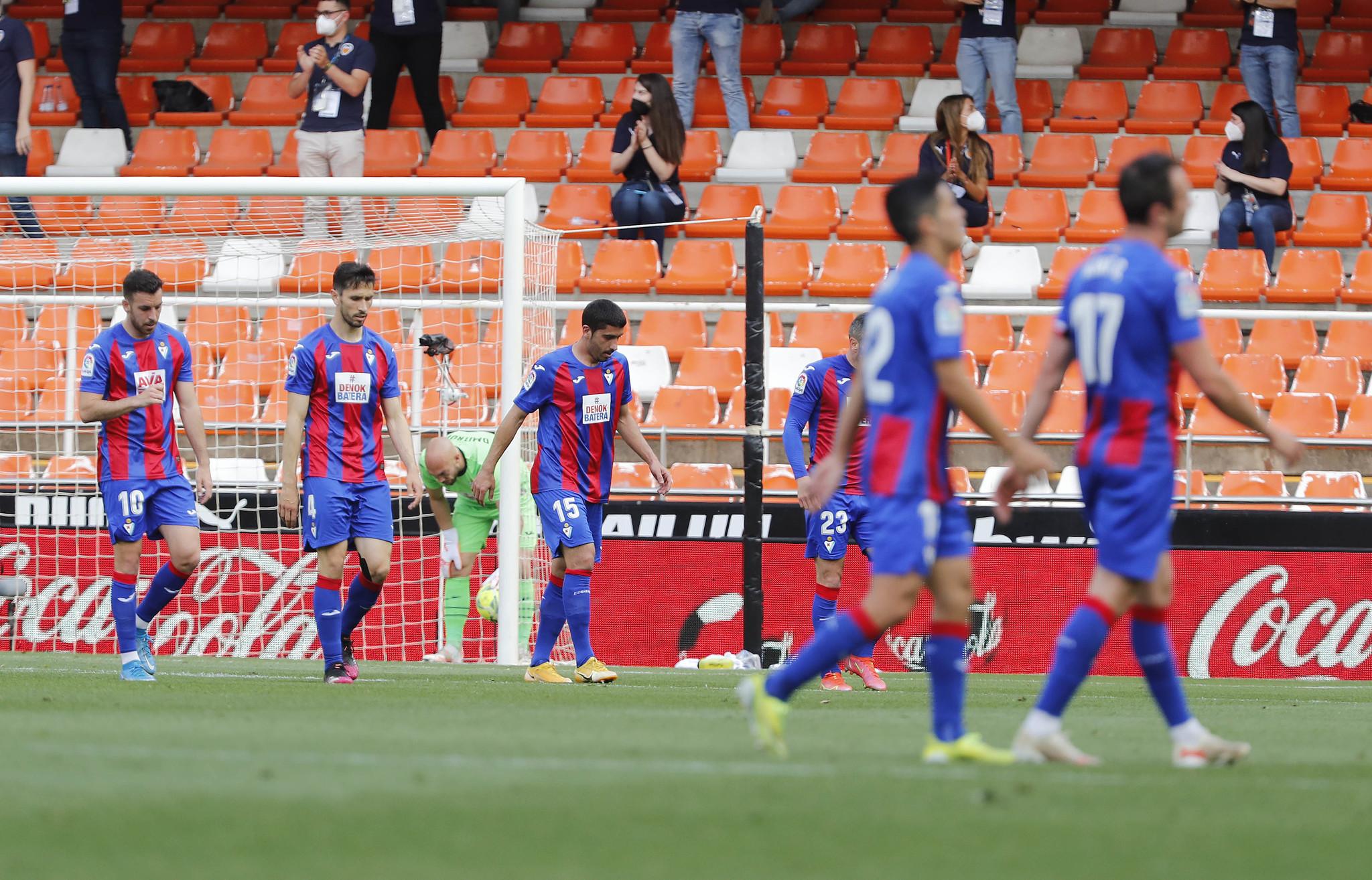 Los jugadores del Eibar, tras perder en Valencia.