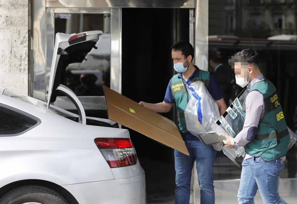 Agentes de la UCO durante un registro de la operación Azud.