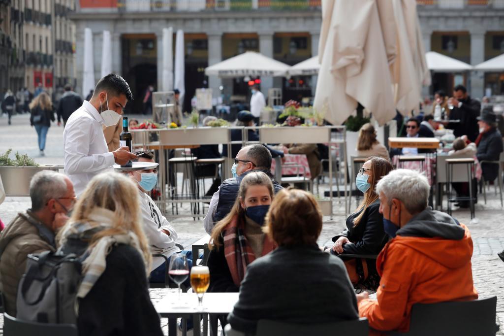 Varios jóvenes sentados en una terraza en la La Latina, zona típica de tapas y copas de la capital.