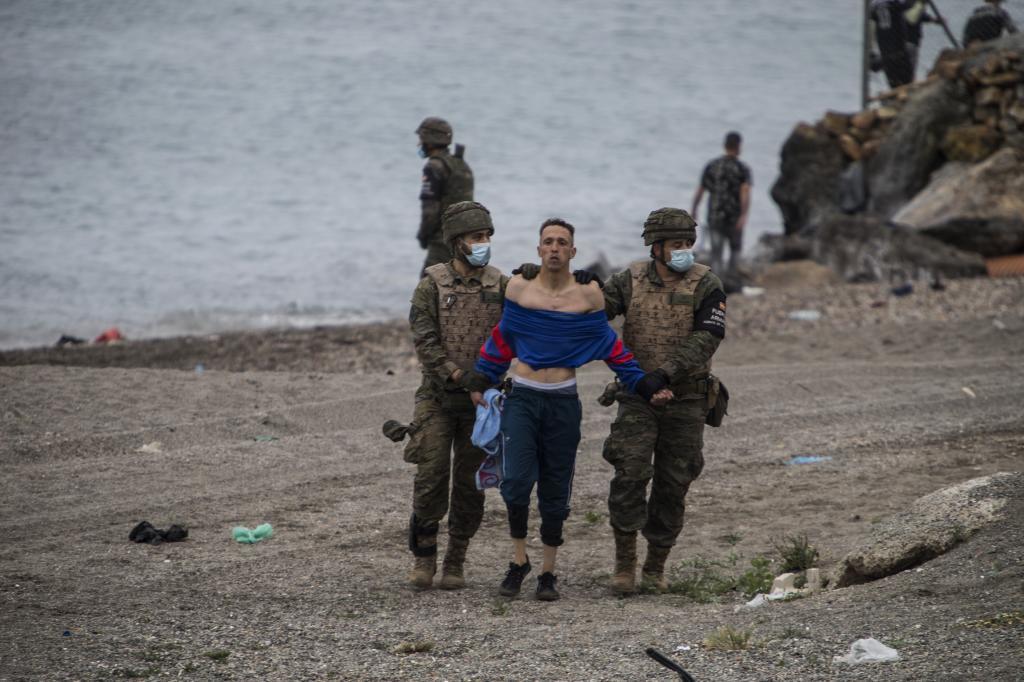 Dos militares detienen a un inmigrante tras entrar en Ceuta.