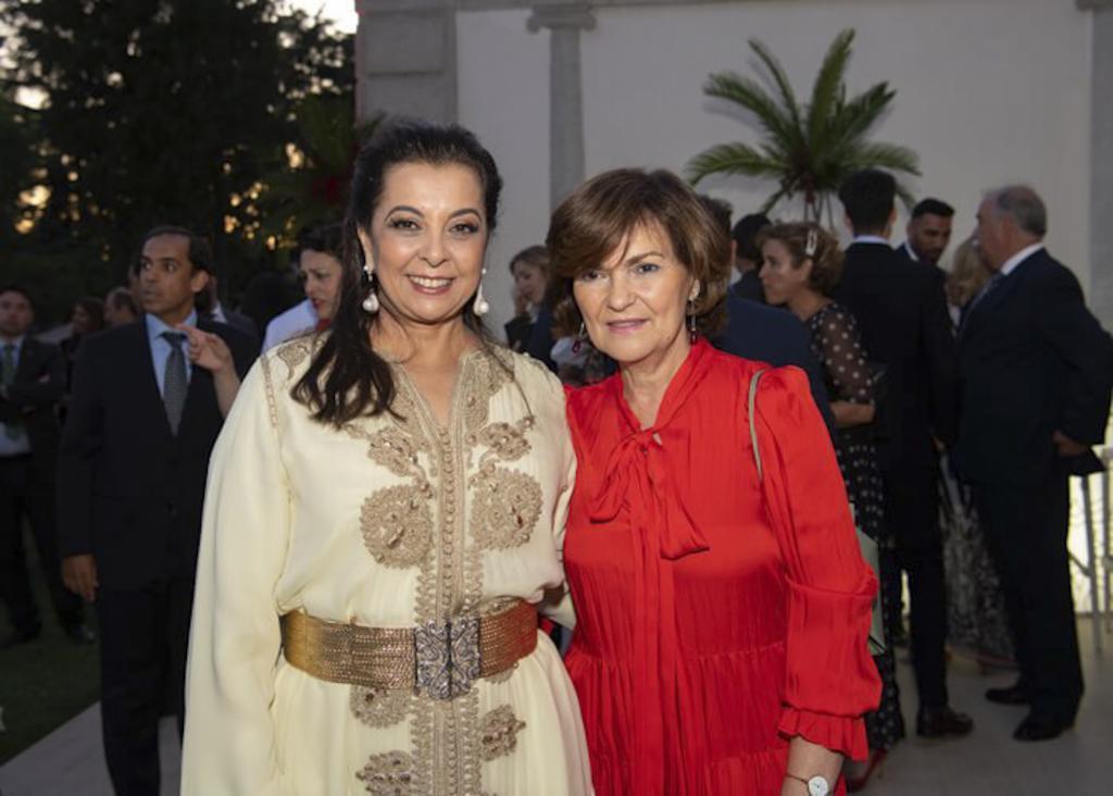 La embajadora marroquí, Karima Benyaich, en un acto con Carmen Calvo.