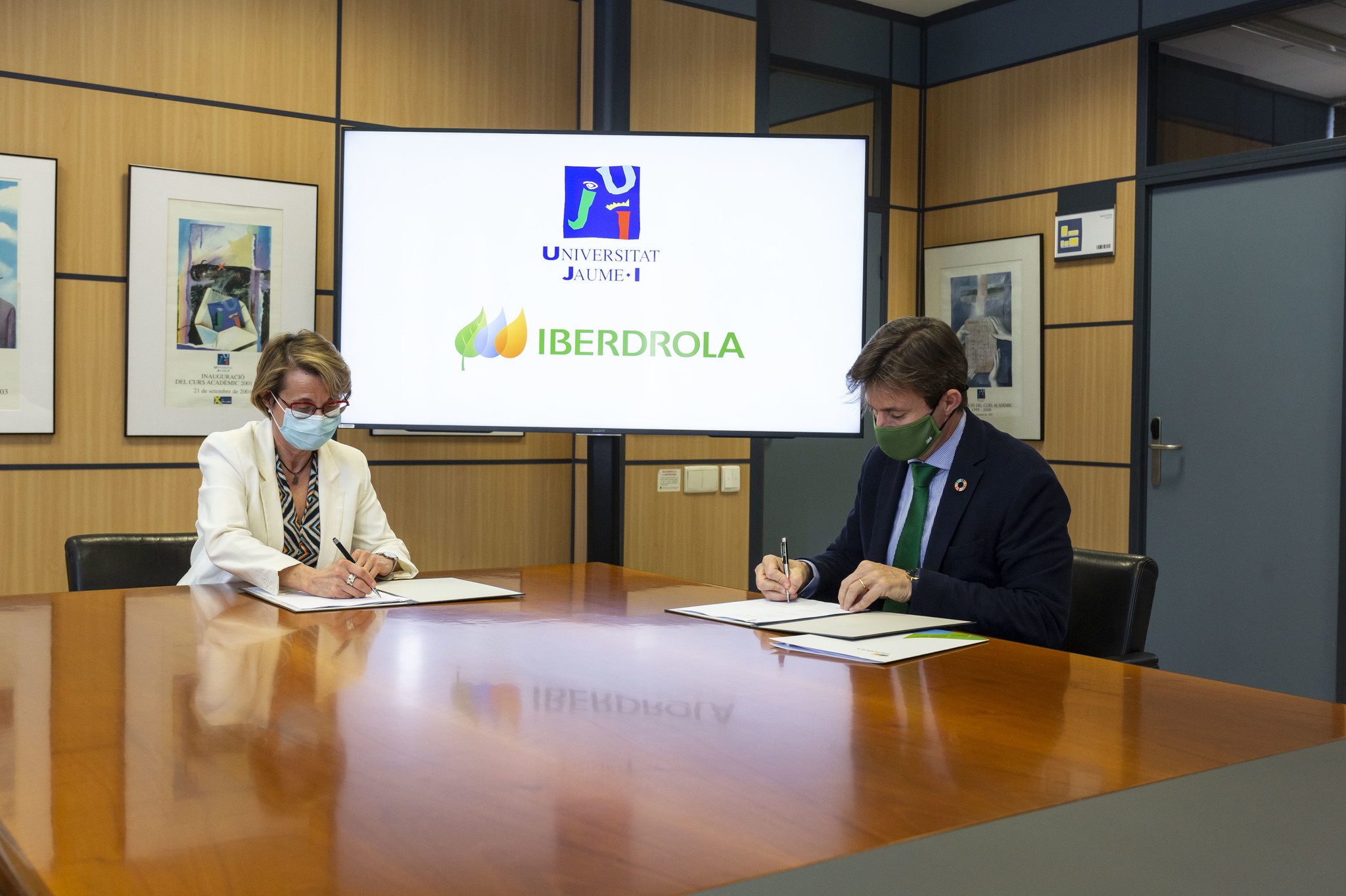 La rectora de la UJI, Eva Halcón, y el delegado institucional de Iberdrola en la Comunidad, Ibán Molina, han firmado un acuerdo.