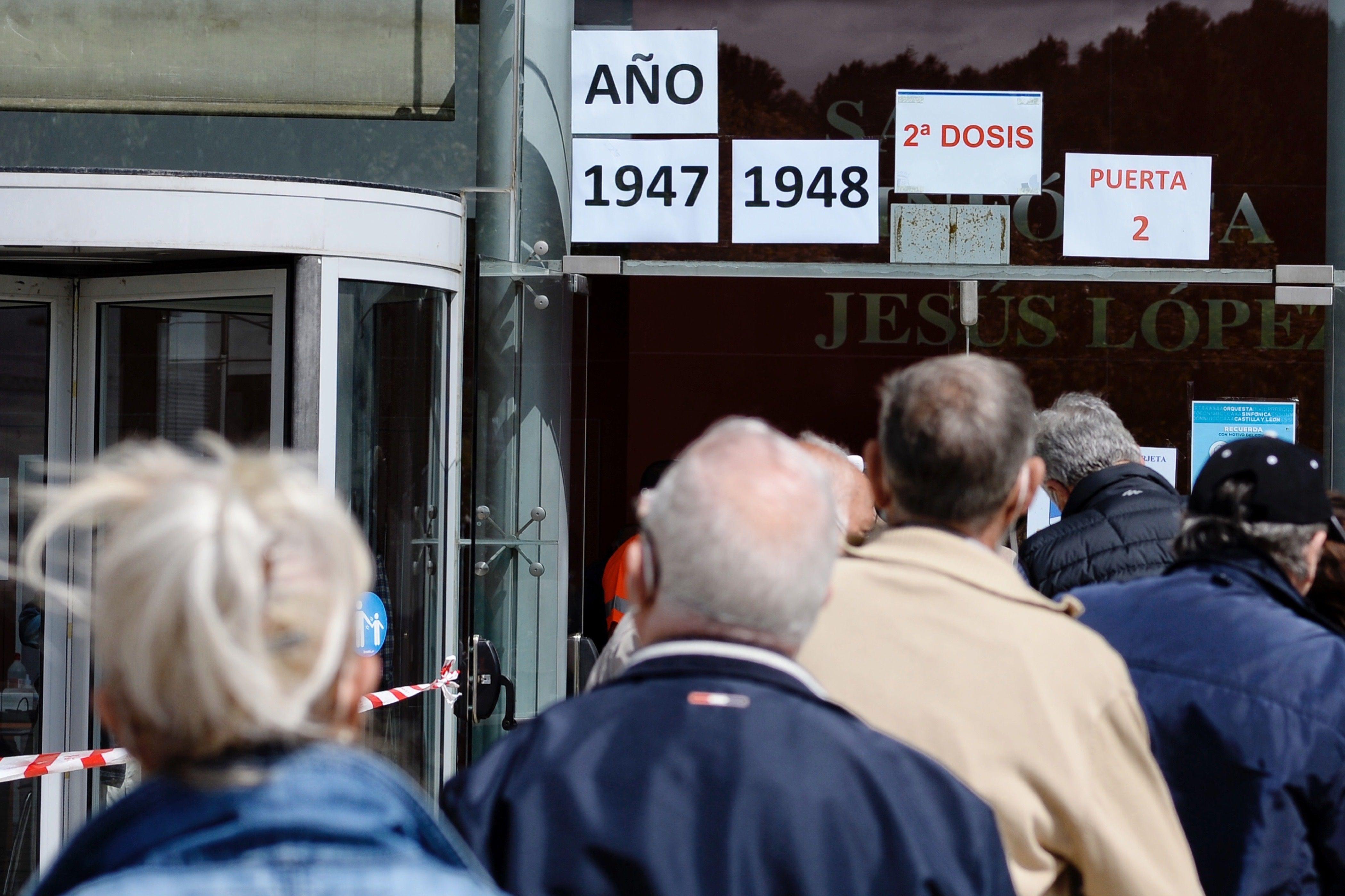Un grupo de personas esperan ser vacunados en Valladolid.