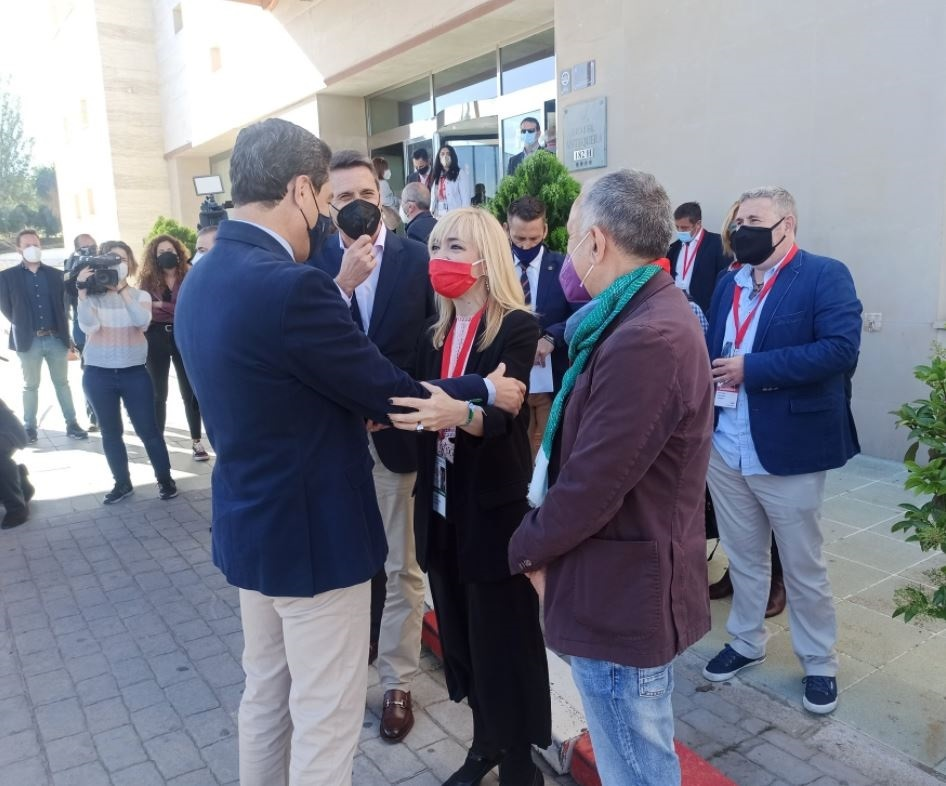 Carmen Castilla saluda a Moreno, ante José Álvarez, antes del congreso de UGT-A en Antequera.