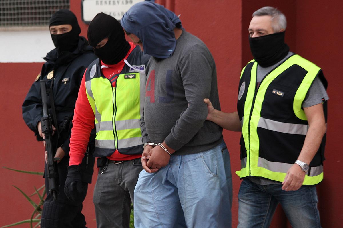 Policías con un detenido por yihadismo en Ceuta.