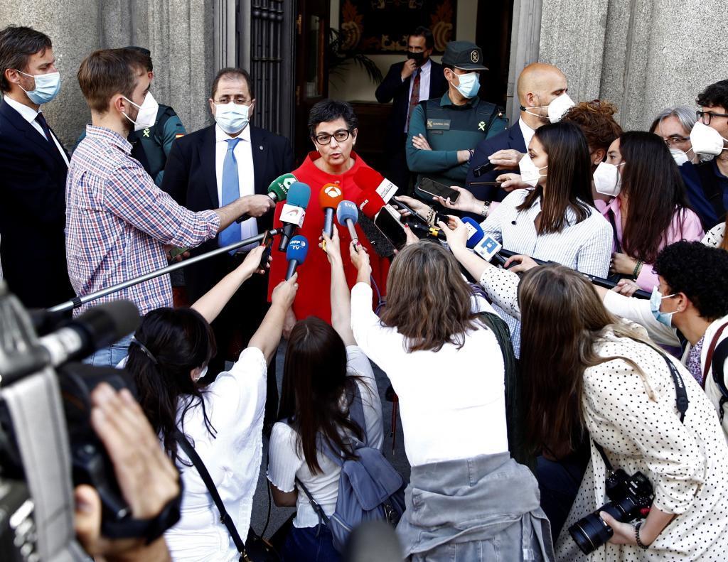 Arancha González Laya hace declaraciones a la prensa en la puerta del Ministerio.