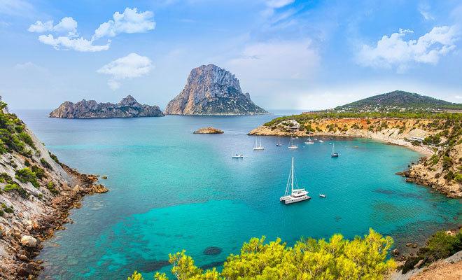 Varias embarcaciones en una cala de Ibiza.