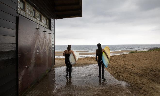 Dos surfistas en la playa La Salvaje.