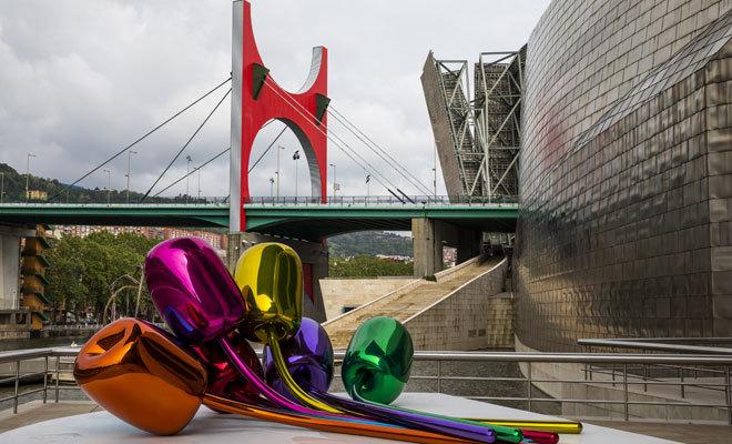 La obra 'Tulipanes', en los exteriores del Guggenheim.