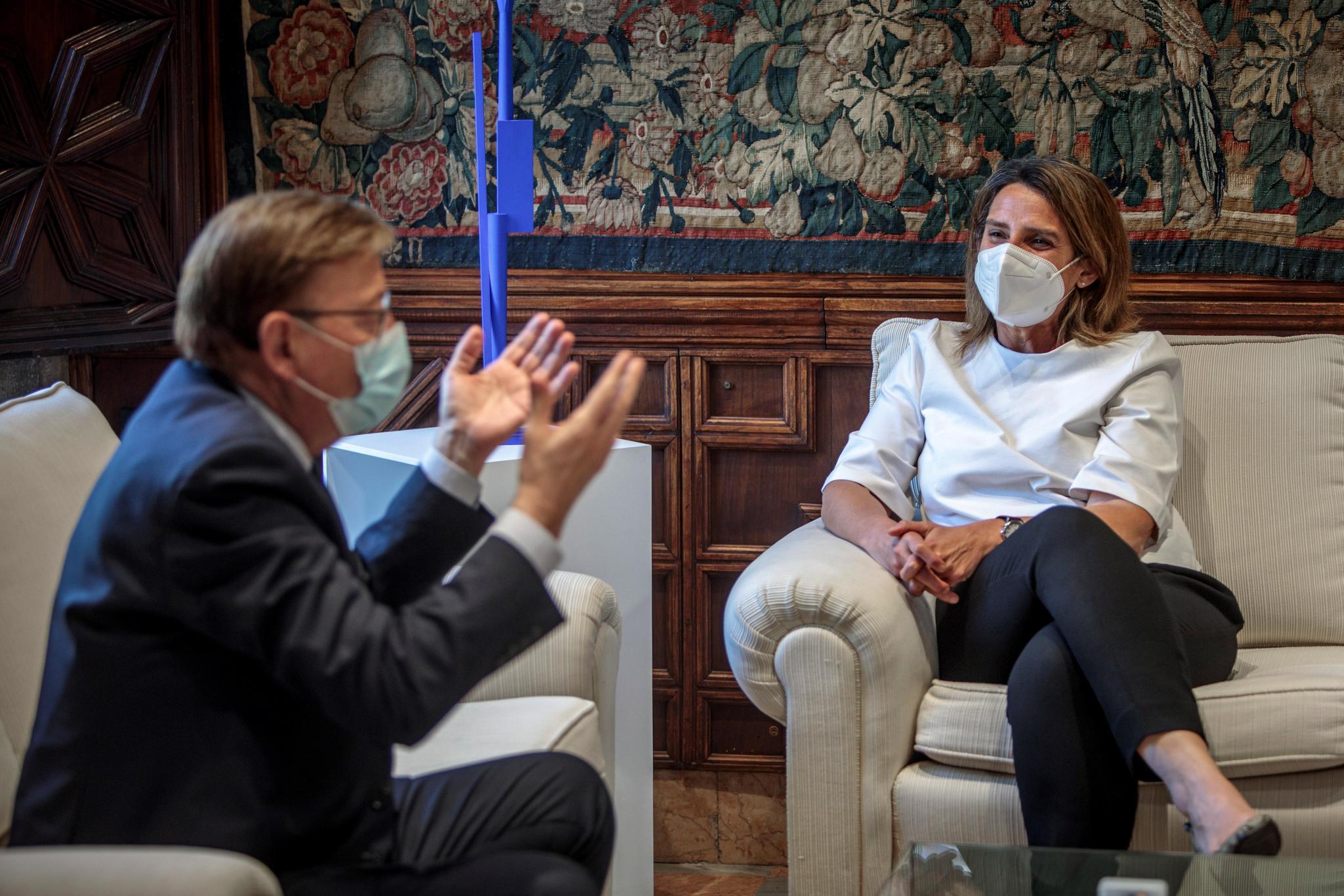 La ministra de Transición Ecológica, Teresa Ribera, escucha al presidente de la Generalitat, Ximo Puig.