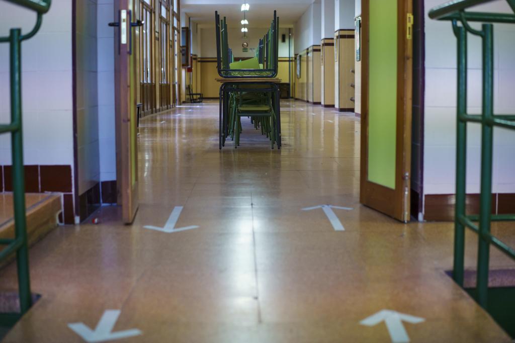 Pasillo del instituto Cervantes de Madrid, con distancias de seguridad por el Covid.