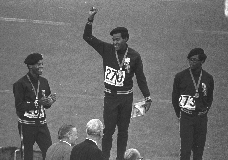Lee Evans, en el centro, junto a Larry James y Ron Freeman, en el podio de los 400 metros en México.