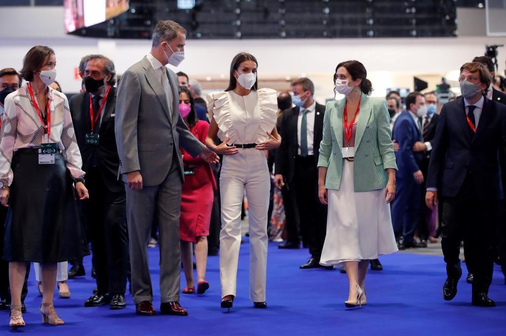 Felipe VI, la Reina Letizia con mono y Ayuso.