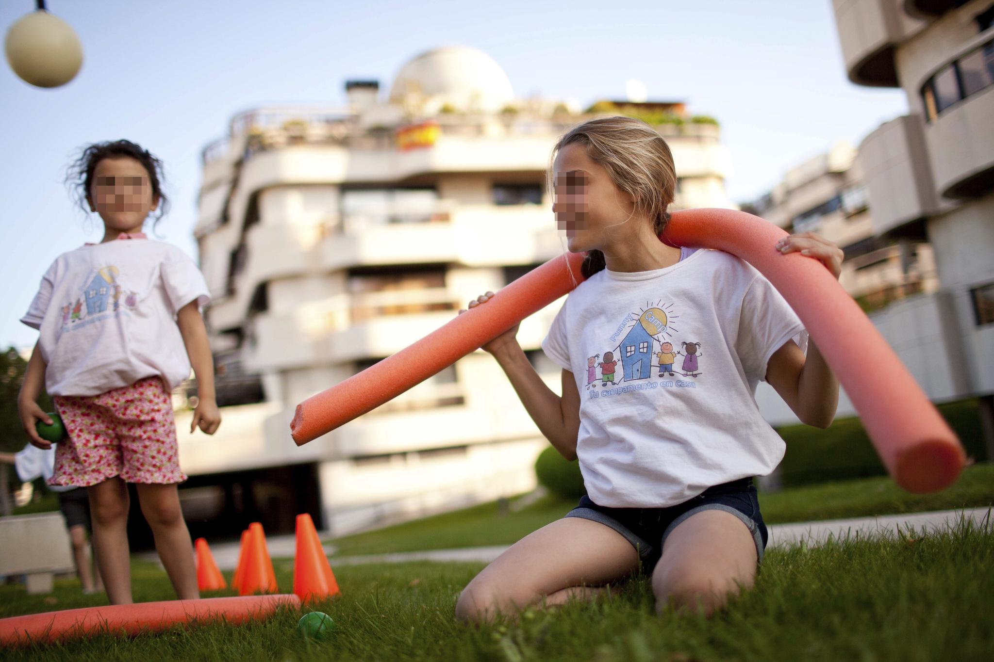 Dos niñas juegan en uno de los campamentos de Funny Camp.