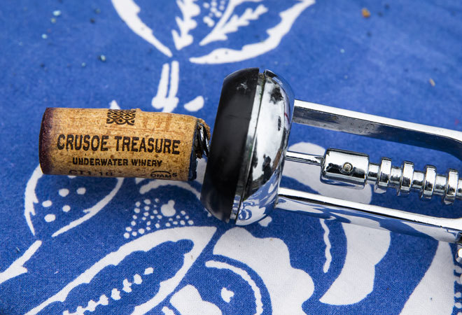 Descorche durante una cata en la bodega Crusoe Treasure.