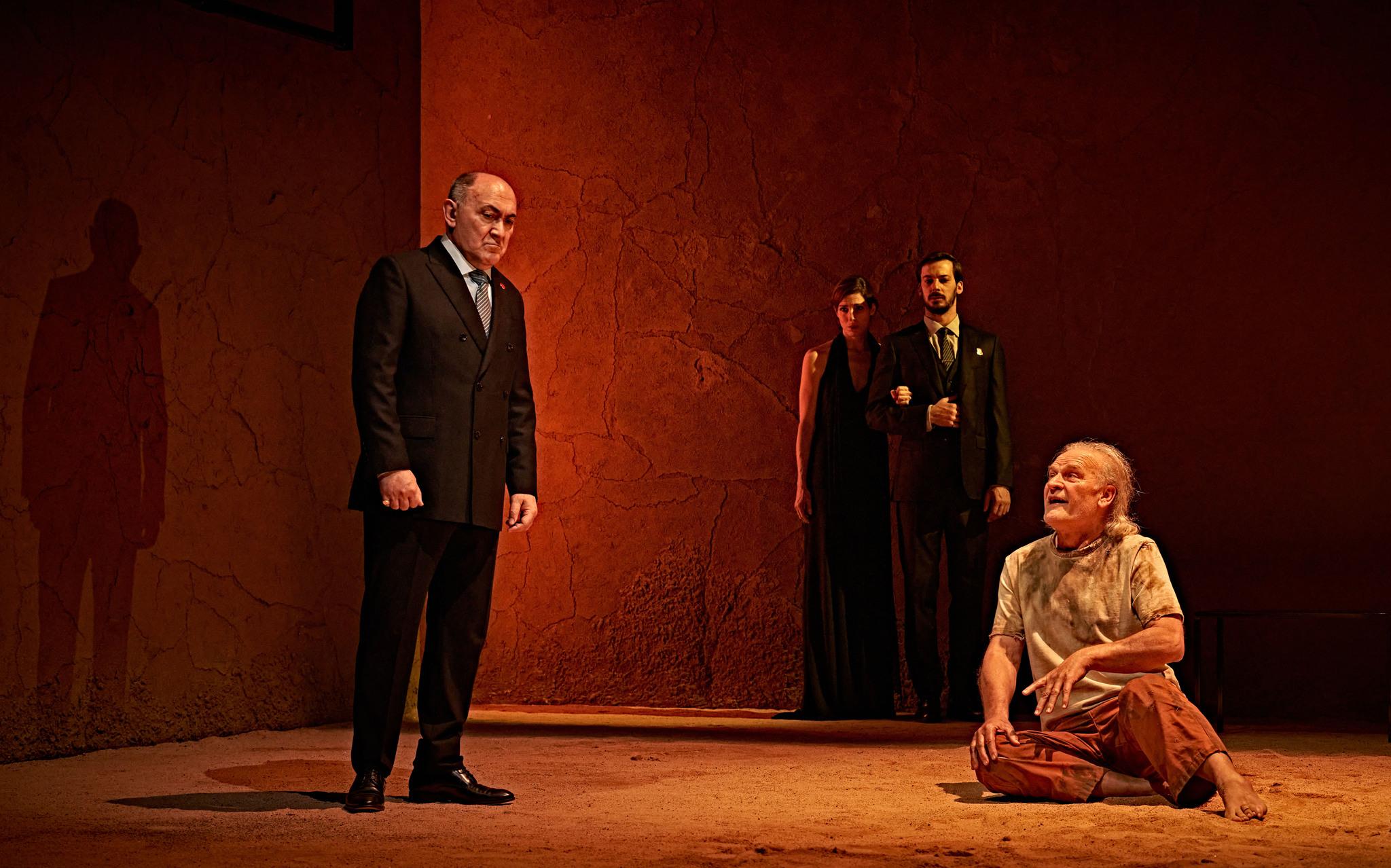 Arturo Querejeta (Rey moro) y Lluís Homa (infante don Fernanso), en un momento de la representación de 'El príncipe constante', en el Teatro de la Comedia de Madrid.