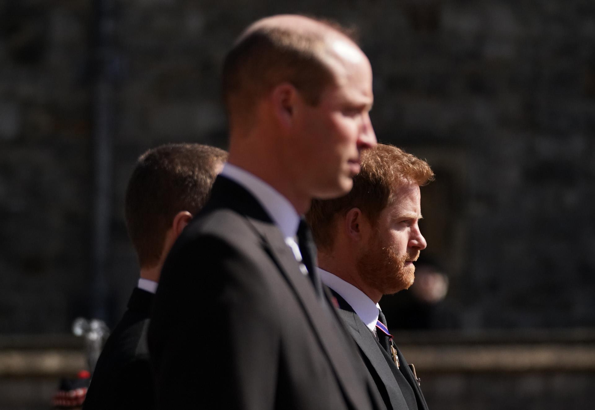 Los príncipes Guillermo y Harry, en el funeral de su abuelo, el duque de Edimburgo.