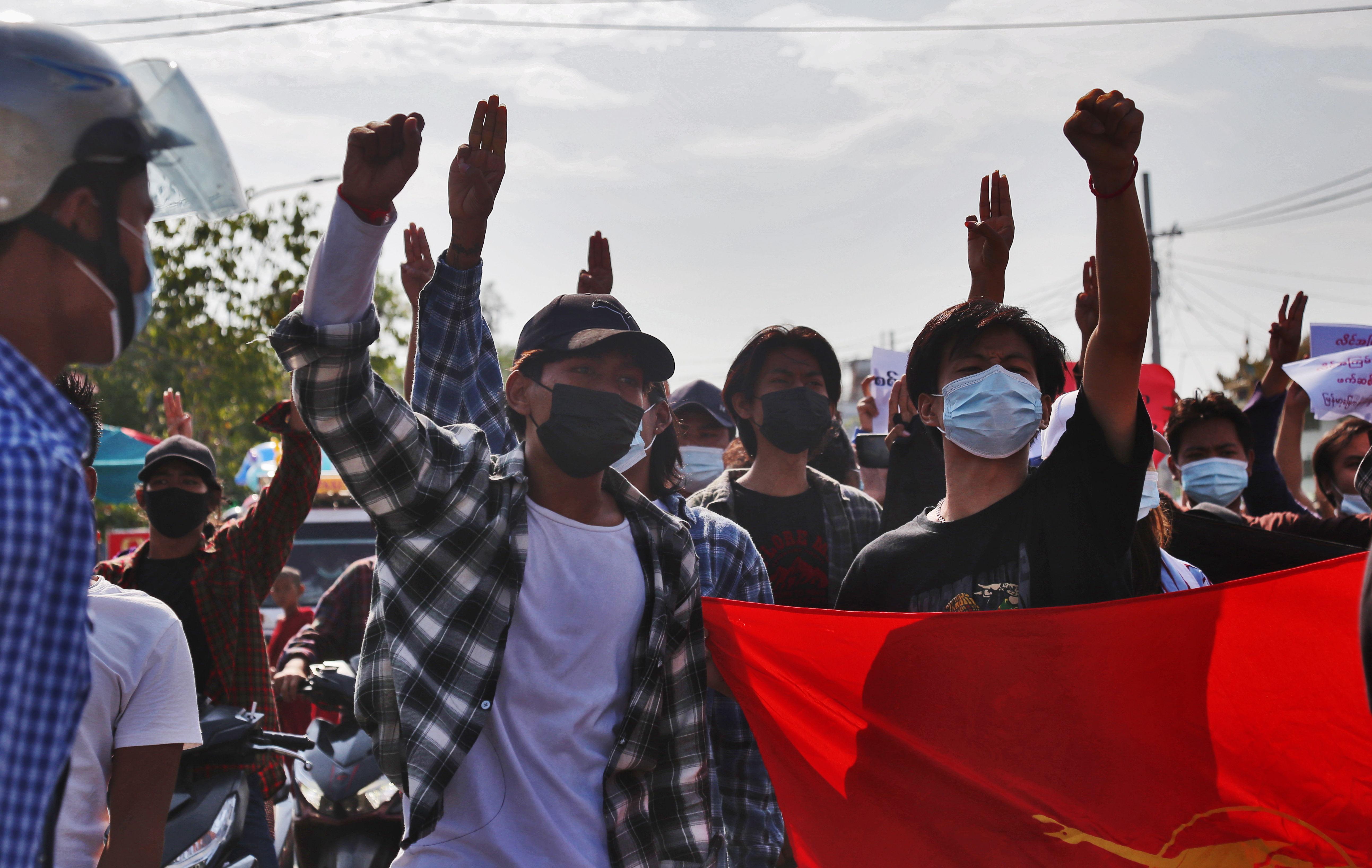 Protestas contra el golpe de estado militar en Mandalay (Birmania).