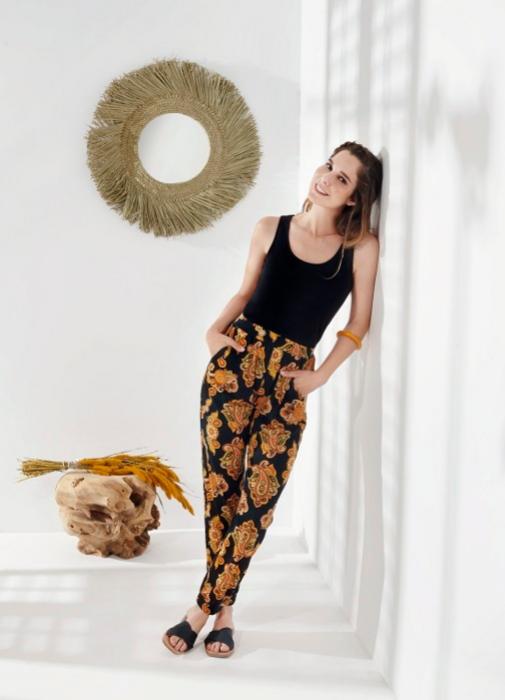 La actriz posa con camiseta y pantalón de flores, de la colección de Esmara para Lidl.