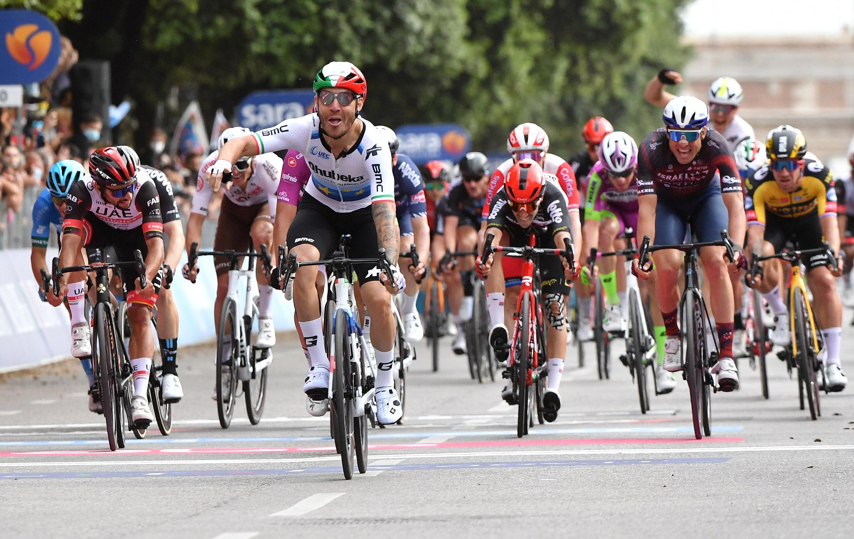Nizzolo celebra la victoria en la 13ª etapa del Giro.