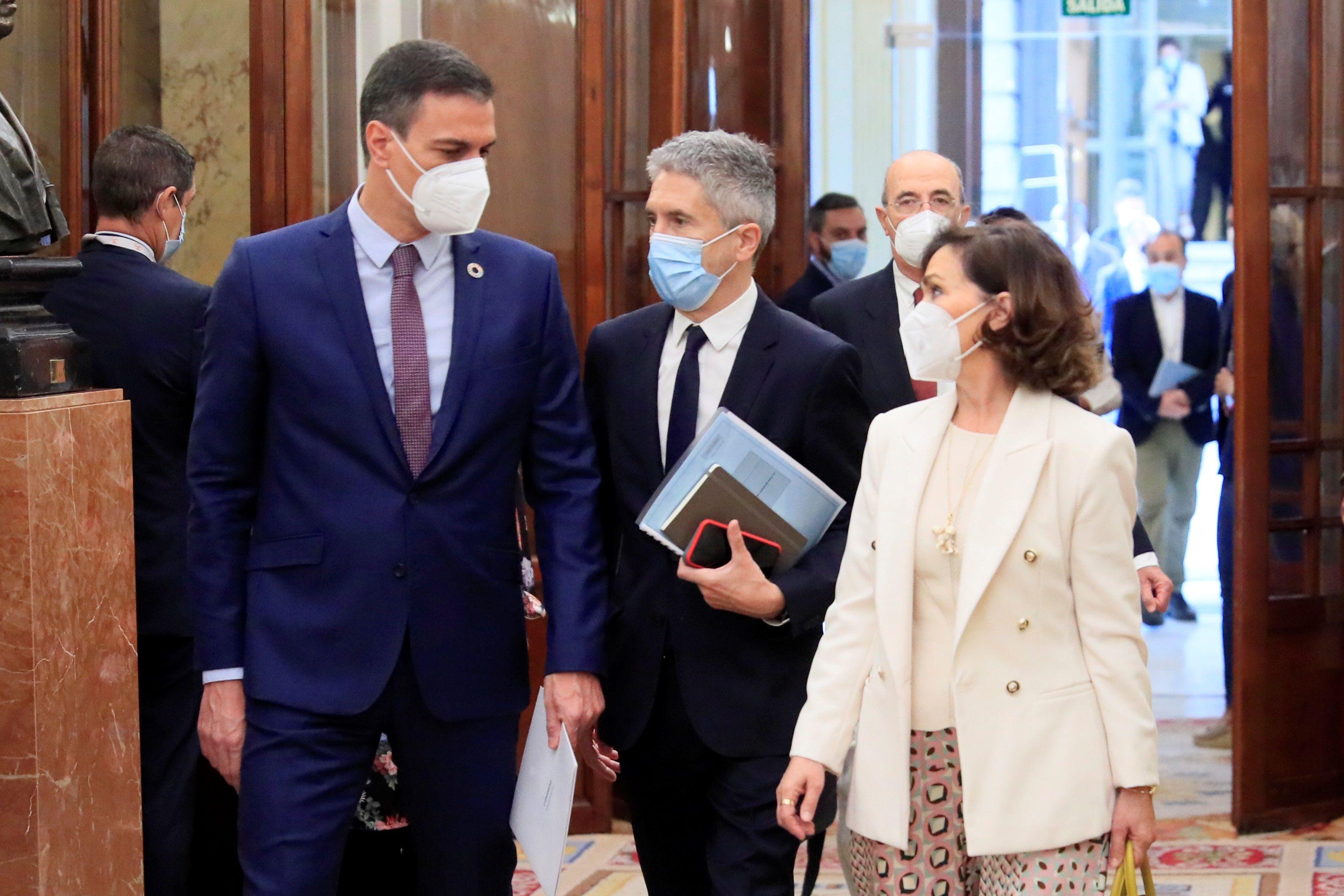 Grande-Marlaska, arropado por el presidente Pedro Sánchez y la vicepresidenta Carmen Calvo.