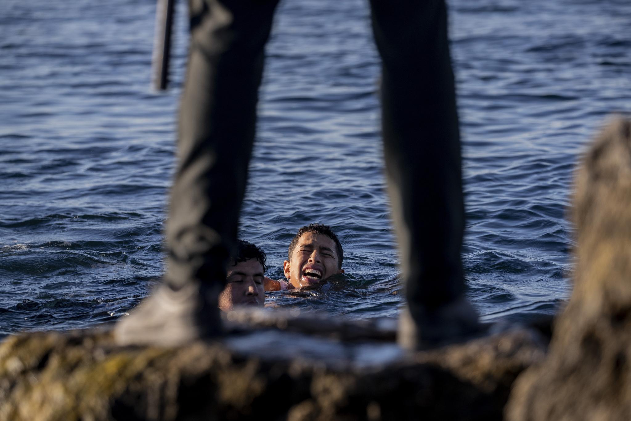 Un joven migrante muere en Ceuta tras una caída en el puerto y otro es hospitalizado tras ser golpeado con un bate   España