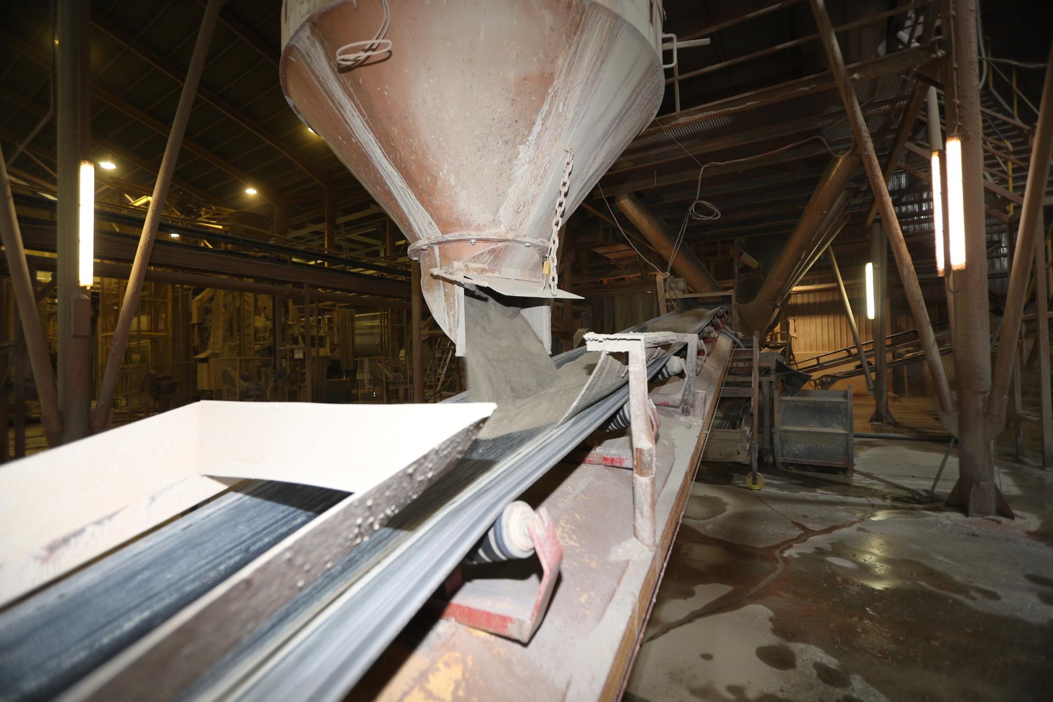 Instalaciones de una planta atomizadora de la industria cerámica.